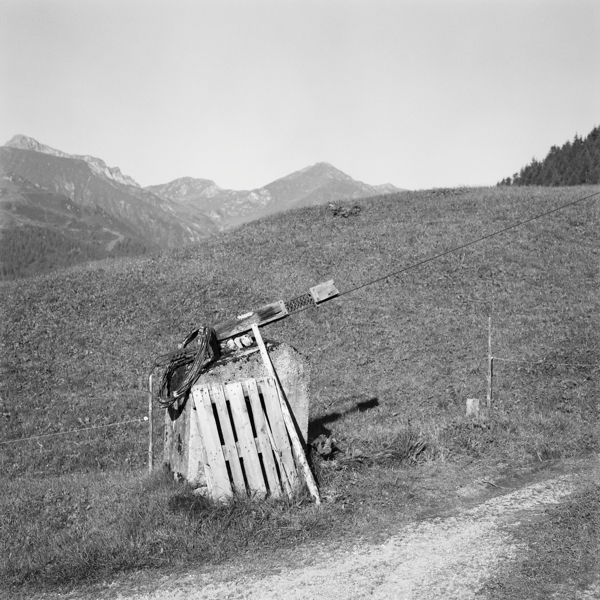 Improvised cableway for transporting goods on a mountain side.